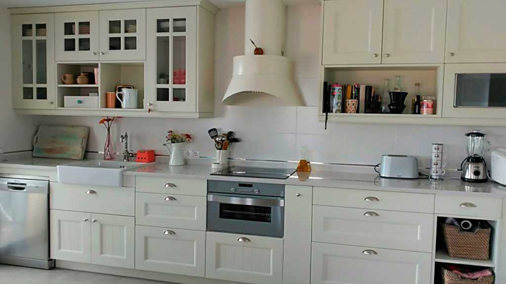 Cocina rústica, horno de 45 cm de alto, campana decorativa, tiradores de concha y pomo